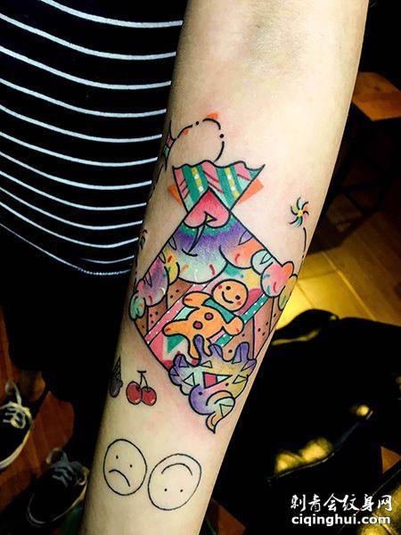 手臂玩偶风筝纹身图案