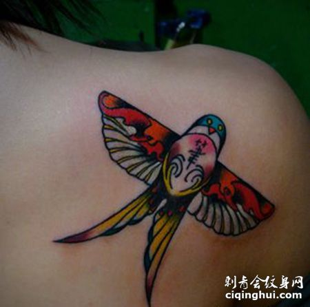 女生肩部燕子风筝纹身图案