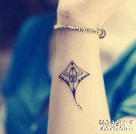手腕风筝纹身图片
