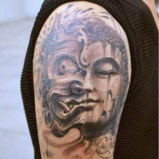 大臂上雕刻的破碎佛魔纹身