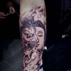 小臂上诡异的半佛半魔图案纹身