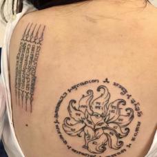 性感女生背部符文纹身图片