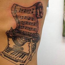 腰部钢琴和琴谱纹身图案