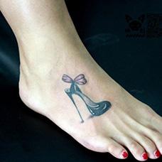 女生脚背高跟鞋纹身图案