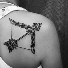 女生肩部个性的弓箭纹身图案