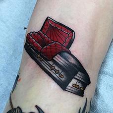 手臂欧美棺材纹身图案