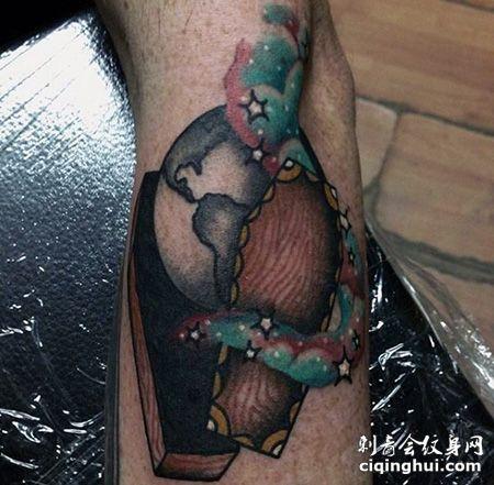 手臂棺材地球纹身图案