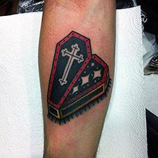 手臂掀开的欧美棺材纹身图片