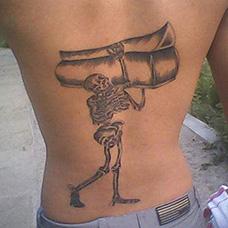 背部骷髅扛棺材纹身图案