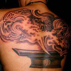 背部棺材和恶魔纹身图片