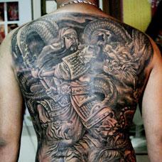 满背霸气关公降龙纹身图片