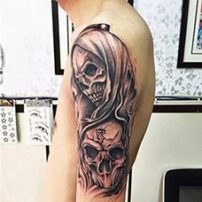 大臂个性的鬼头纹身图片