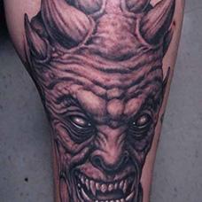 小腿鬼头纹身图案
