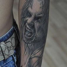 手臂恐怖的鬼头纹身图案