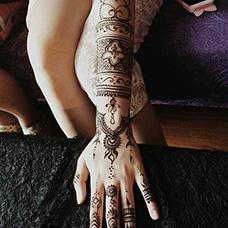 女生手臂精美的海娜纹身图片