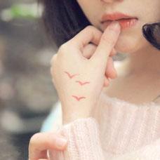 美女手部红色海鸥纹身图案
