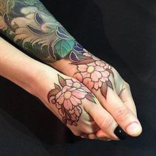手背海棠花纹身图片