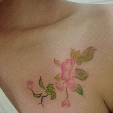女生胸前海棠花纹身图片
