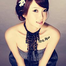 美女胸前韩文纹身图片