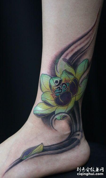 脚踝处的荷花纹身图案