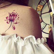 女生肩部性感荷花纹身图片