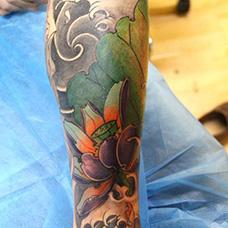 小腿精美的荷花纹身图案