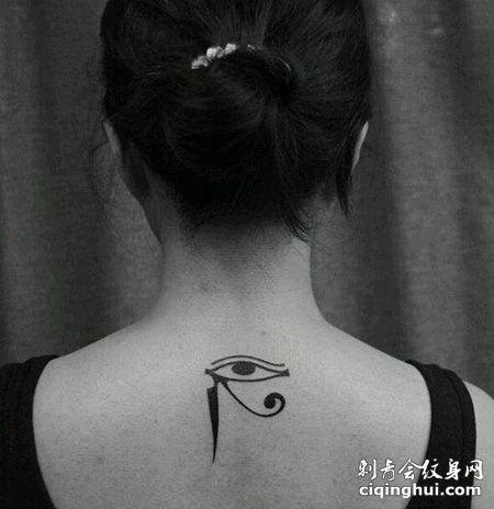 女生肩部荷鲁斯之眼纹身图案