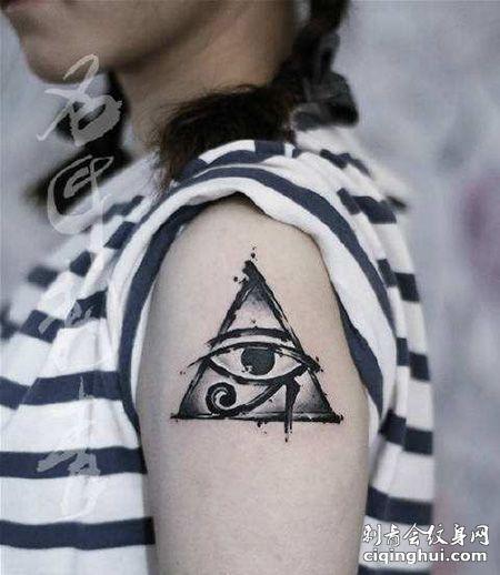 女生大臂三角形荷鲁斯之眼纹身图片