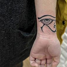 洞悉一切,手腕荷鲁斯之眼纹身图片