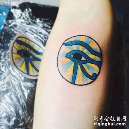 手臂蓝色荷鲁斯之眼纹身图案