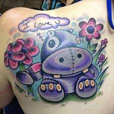 女生肩部可爱河马纹身图片