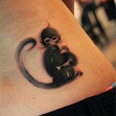侧腰可爱猴子纹身图案
