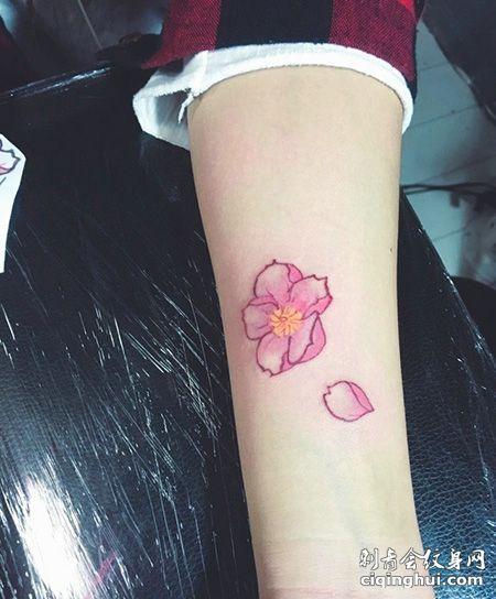 手臂好看的花和花瓣纹身图案