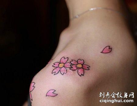 女生肩部花瓣纹身图片