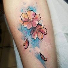 手臂水彩花瓣纹身图案