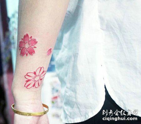 手臂樱花和花瓣纹身图片