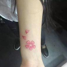 女生小臂花瓣纹身图案