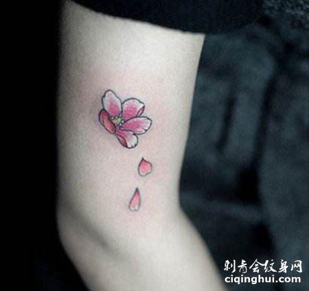 大臂花瓣花朵纹身图片