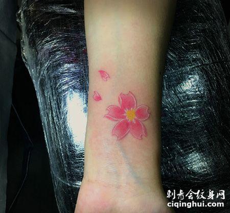 手腕粉色花瓣纹身图片