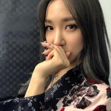 韩国女星黄美英手指简单花朵纹身