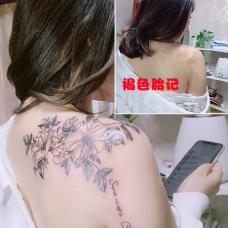 女生背后褐色胎记花瓣图案遮盖纹身
