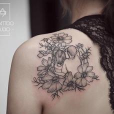 吴娴后肩简洁优雅的花朵纹身