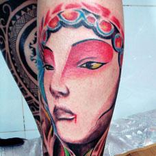 小腿个性花旦纹身图片