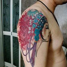 大臂彩色花旦纹身图片