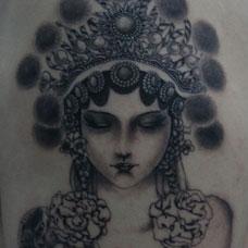 手臂黑灰色花旦纹身图案