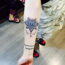 小臂蓝色花纹纹身图案