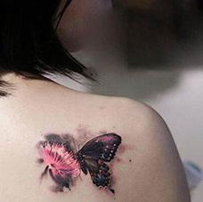 女生肩部精美的蝴蝶纹身图片