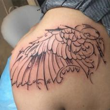大S肩部蝴蝶翅膀纹身