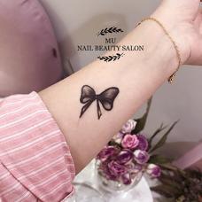 手臂黑色蝴蝶结图案半永久果汁纹身