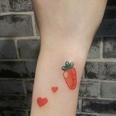 手腕可爱的胡萝卜纹身图片